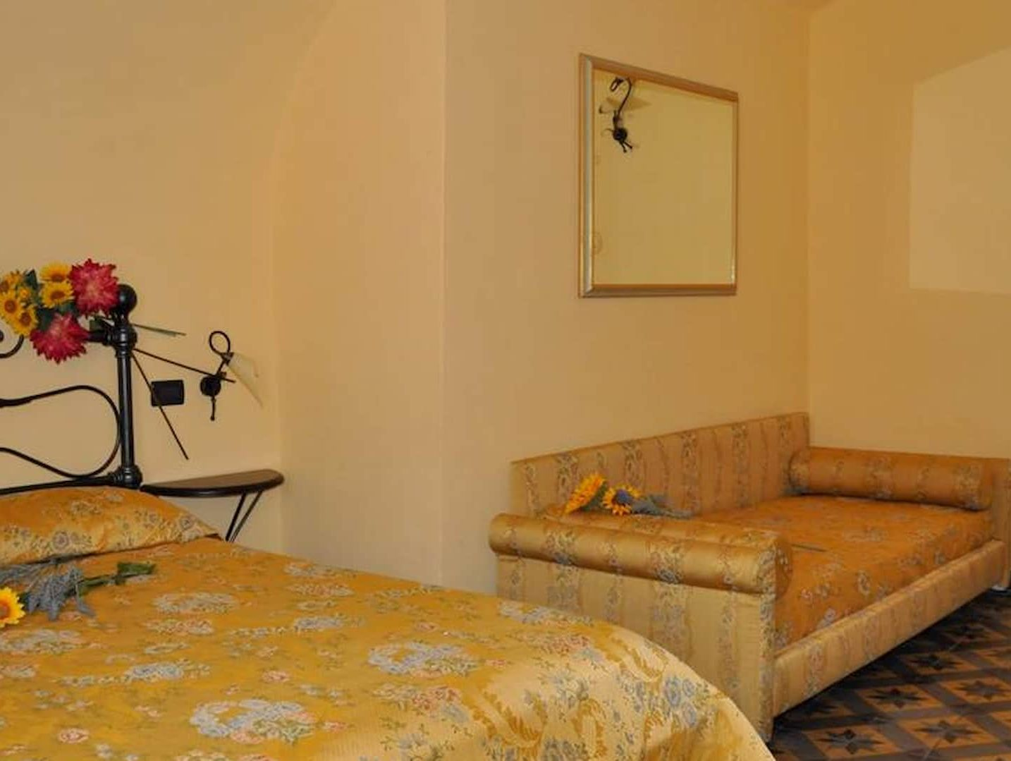 La camera matrimoniale con il divano letto di Casa Clementi